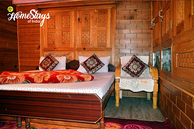 Bedroom-1-Ropajani-Homestay-Tirthan
