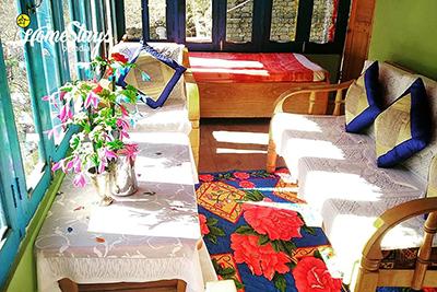 Common-Sitting-Ropajani-Homestay-Tirthan