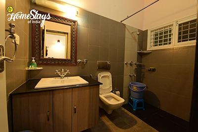 Vintage-Bathroom_Mugathihalli-Homestay-Chikmagalure