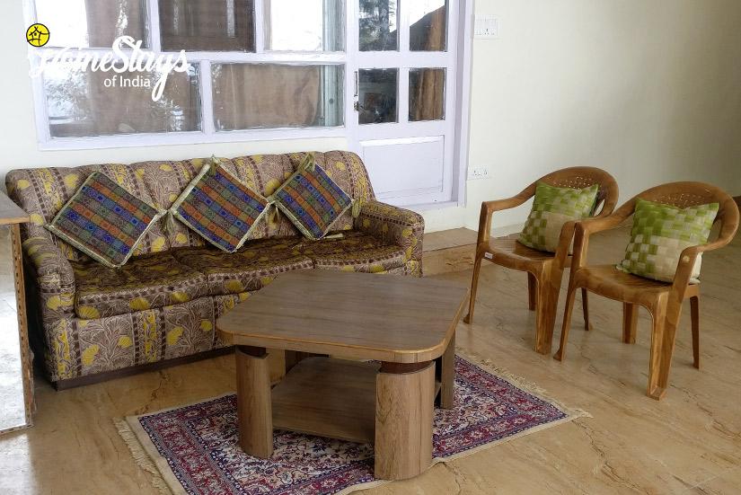 Sitting_Bakrota-Hills-Homestay_Dalhousie