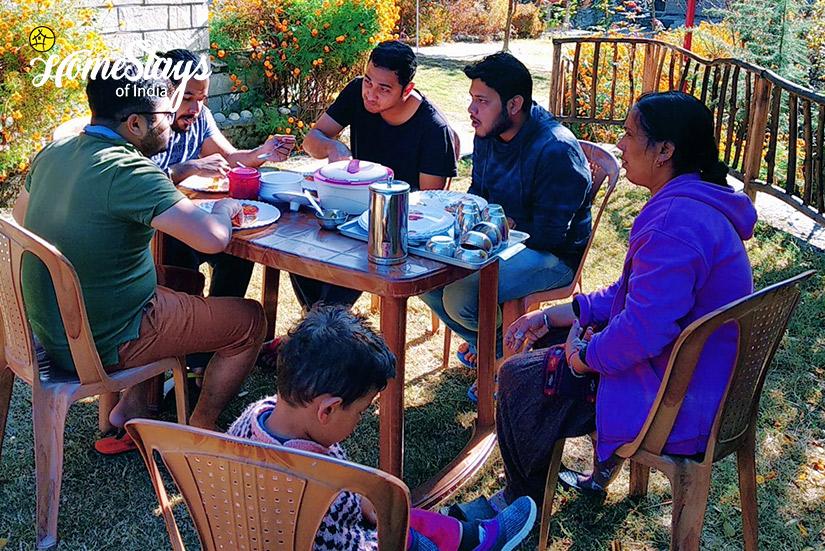 Breakfast_Kaluropa-Homestay-Tirthan