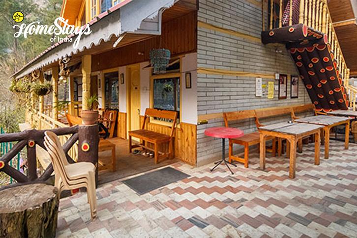 SitOut-SumaRopa-Homestay-Kasol