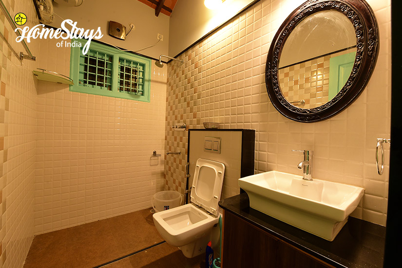 Colonial-Bathroom_Mugathihalli-Homestay-Chikmagalure