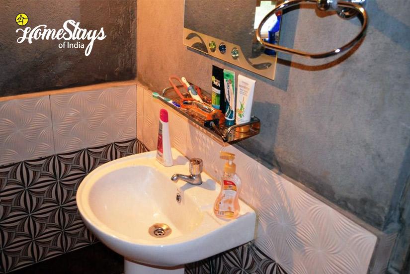 Washroom-Ropajani-Homestay-Tirthan