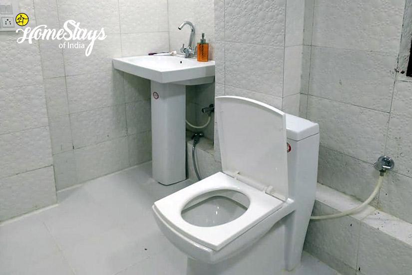 Bathroom_Majhaun Homestay-Dehradun